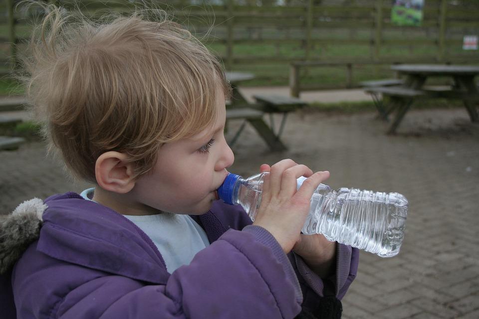 Enseñar a beber agua o soda es mejor que estar siempre a su lado